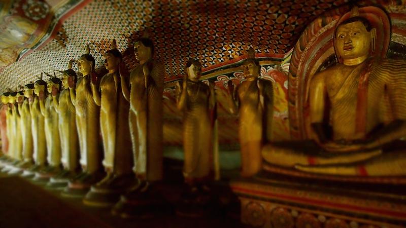 Bouddhas dans une grotte à Dambulla dans le triangle culturel.